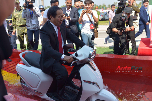Ngắm VinFast Klara lội nước nửa mét nhẹ nhàng: Xe máy điện thông minh không ngại lụt lội Việt Nam - Ảnh 11.