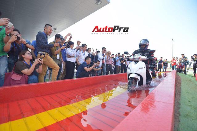 Ngắm VinFast Klara lội nước nửa mét nhẹ nhàng: Xe máy điện thông minh không ngại lụt lội Việt Nam - Ảnh 12.