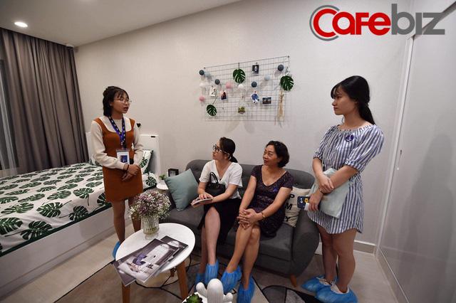 Đại đô thị theo mô hình Singapore nhưng cho trả góp lên tới 35 năm của Vingroup thu hút hàng ngàn người tham quan trong ngày ra mắt nhà mẫu - Ảnh 10.