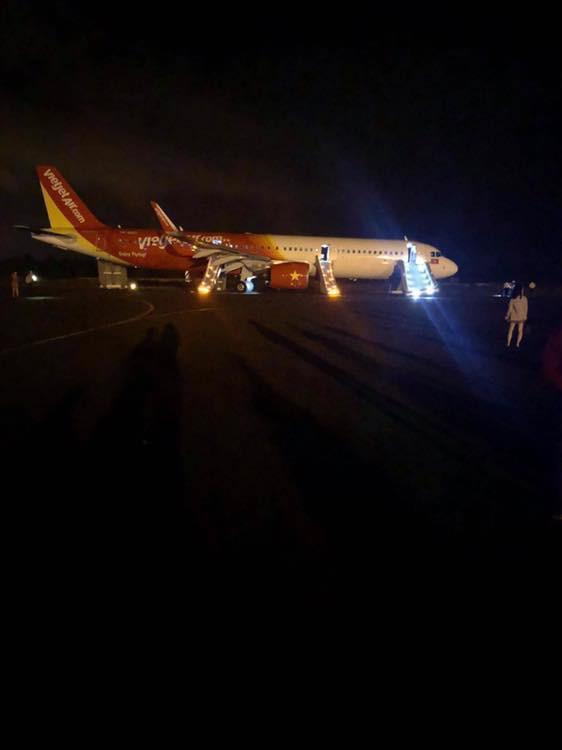 Nóng: Máy bay Vietjet gặp sự cố nghiêm trọng khi tiếp đất, hàng trăm hành khách được lệnh bỏ lại hành lý và nhảy ra cửa thoát hiểm - Ảnh 2.