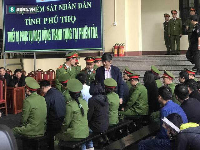 Đang tuyên án trùm đánh bạc Phan Sào Nam và cựu tướng Phan Văn Vĩnh - Ảnh 1.