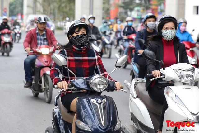 Hình ảnh người dân Hà Nội đón gió lạnh, kẻ đông người hè xuất hiện trên phố - Ảnh 3.