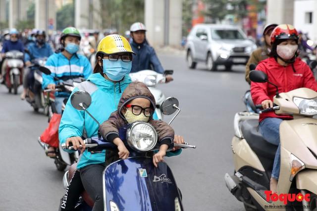 Hình ảnh người dân Hà Nội đón gió lạnh, kẻ đông người hè xuất hiện trên phố - Ảnh 8.