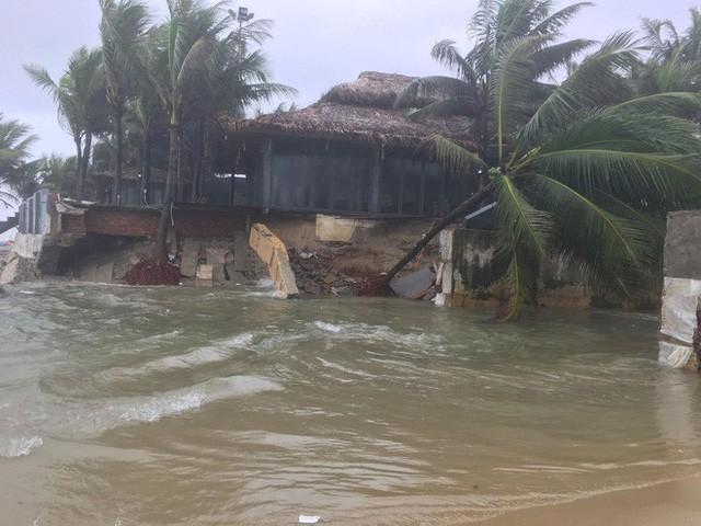 Cận cảnh bãi biển đẹp nhất hành tinh sạt lở kinh hoàng sau trận mưa lịch sử ở Đà Nẵng - Ảnh 2.