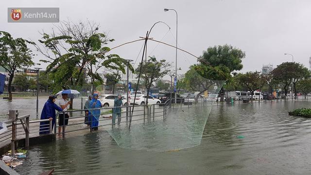 Hình ảnh chưa từng có ở Đà Nẵng: Xuồng bơi trên phố, người dân quăng lưới bắt cá giữa biển nước mênh mông - Ảnh 12.