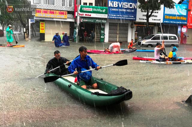 Hình ảnh chưa từng có ở Đà Nẵng: Xuồng bơi trên phố, người dân quăng lưới bắt cá giữa biển nước mênh mông - Ảnh 4.