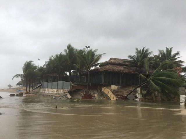 Cận cảnh bãi biển đẹp nhất hành tinh sạt lở kinh hoàng sau trận mưa lịch sử ở Đà Nẵng - Ảnh 4.