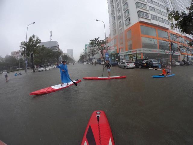 Hình ảnh chưa từng có ở Đà Nẵng: Xuồng bơi trên phố, người dân quăng lưới bắt cá giữa biển nước mênh mông - Ảnh 10.