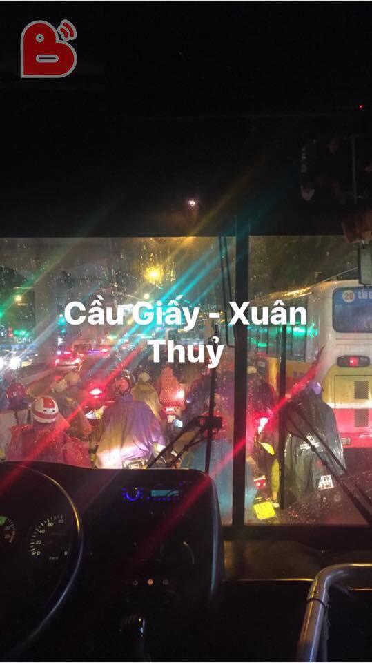 Chen chúc và bất lực trong mưa rét tê tái, người Hà Nội về được nhà cũng là một kì tích - Ảnh 7.