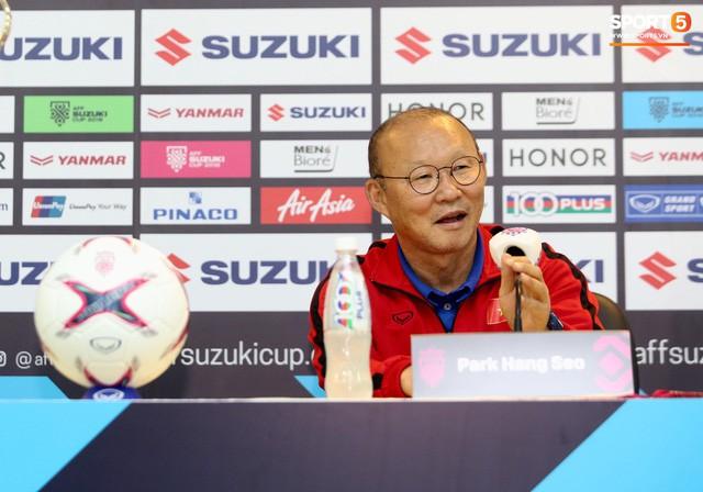 HLV Park Hang-seo bật cười khi nghe hậu vệ Malaysia nói Việt Nam chủ trương đá xấu - Ảnh 1.