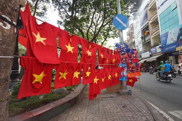 Người TP HCM nườm nượp mua sẵn cờ, áo đỏ cổ vũ tuyển Việt Nam - Ảnh 6.