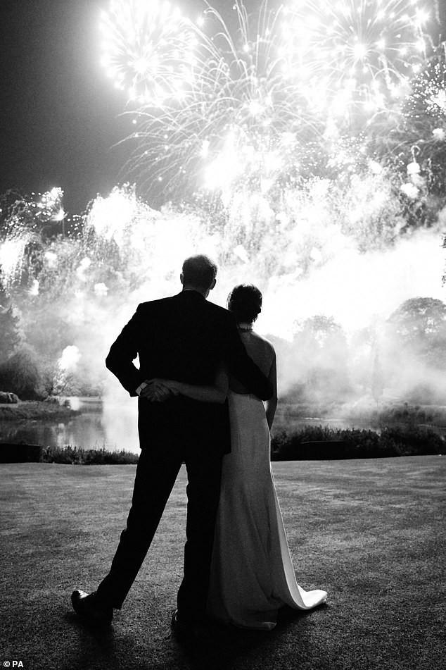 Meghan từng chụp khoảnh khắc quay lưng với cả thế giới cùng chồng cũ giống với Harry và ý nghĩa thực sự đằng sau - Ảnh 1.