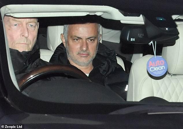 jose mourinho - photo 1 15451835443461292509514 - 'Người đặc biệt' Jose Mourinho vui vẻ, tươi như hoa sau khi rời Man United cùng khoản tiền đền bù khổng lồ