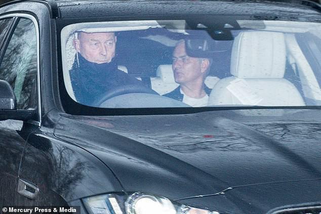 jose mourinho - photo 1 1545183546629485800049 - 'Người đặc biệt' Jose Mourinho vui vẻ, tươi như hoa sau khi rời Man United cùng khoản tiền đền bù khổng lồ
