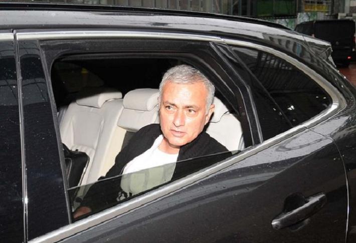 jose mourinho - photo 2 1545183546631120076904 - 'Người đặc biệt' Jose Mourinho vui vẻ, tươi như hoa sau khi rời Man United cùng khoản tiền đền bù khổng lồ