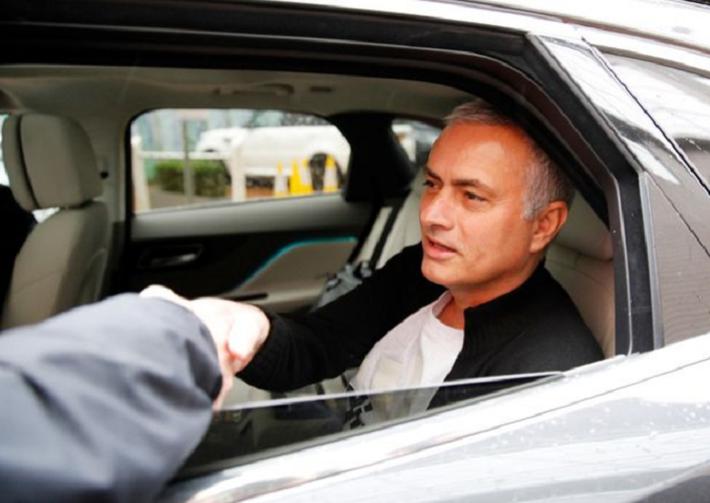 jose mourinho - photo 3 154518354663359238825 - 'Người đặc biệt' Jose Mourinho vui vẻ, tươi như hoa sau khi rời Man United cùng khoản tiền đền bù khổng lồ