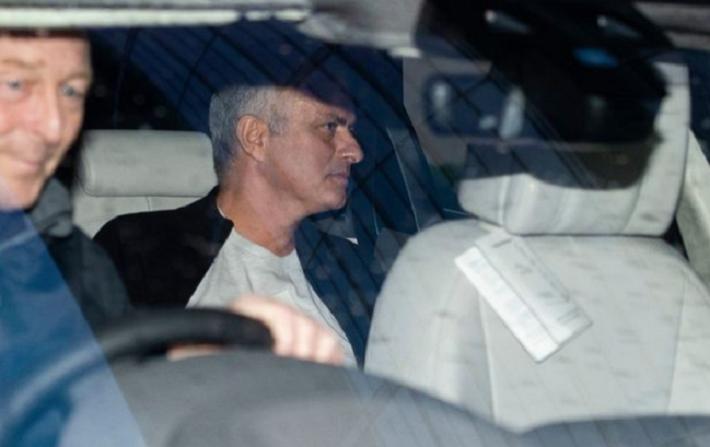 jose mourinho - photo 4 1545183546634626118626 - 'Người đặc biệt' Jose Mourinho vui vẻ, tươi như hoa sau khi rời Man United cùng khoản tiền đền bù khổng lồ