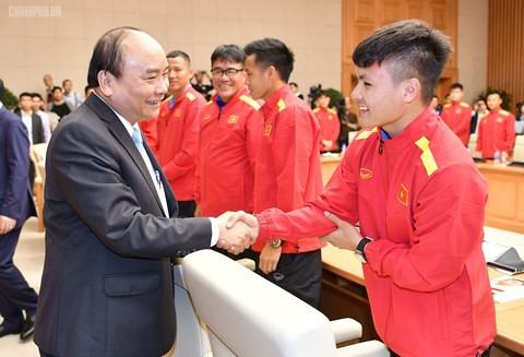 Thủ tướng yêu cầu tiền thưởng phải đến trực tiếp các cầu thủ - Ảnh 1.