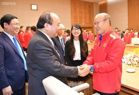 Thủ tướng yêu cầu tiền thưởng phải đến trực tiếp các cầu thủ - Ảnh 2.