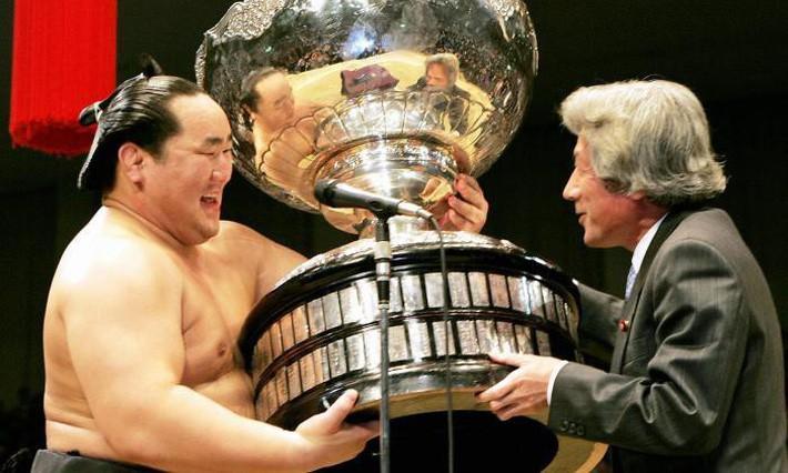asian cup 2019 - photo 7 15454798362031755422383 - Choáng trước cân nặng của chiếc cúp Asian Cup 2019 – giải đấu ĐT Việt Nam sắp tham dự chỉ sau ít ngày nữa