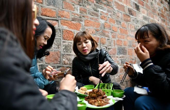 món ngon mùa đông hà nội - photo 1 15455268991951042479429 - Món ngon mùa đông Hà Nội xuất hiện lung linh trên báo Pháp nhưng nhiều người vẫn không dám ăn vì lý do này