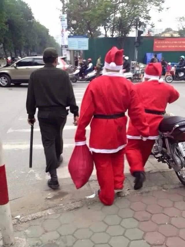 Loạt ảnh Giáng sinh hài hước: Ông già Noel gặp rắc rối trên đường phát quà - Ảnh 1.