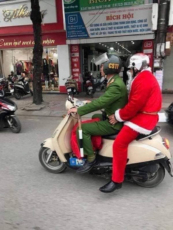 Loạt ảnh Giáng sinh hài hước: Ông già Noel gặp rắc rối trên đường phát quà - Ảnh 4.