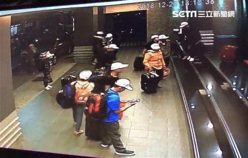 Hình ảnh đầu tiên được cho là nhóm khách Việt nghi bỏ trốn ở Đài Loan: Vào khách sạn chưa đầy 1 tiếng đã xách vali ra - Ảnh 2.
