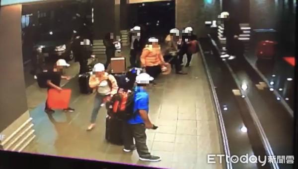 Hình ảnh đầu tiên được cho là nhóm khách Việt nghi bỏ trốn ở Đài Loan: Vào khách sạn chưa đầy 1 tiếng đã xách vali ra - Ảnh 3.