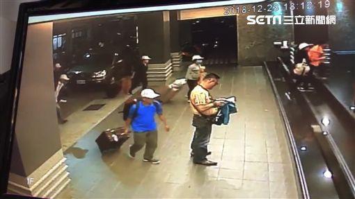 Hình ảnh đầu tiên được cho là nhóm khách Việt nghi bỏ trốn ở Đài Loan: Vào khách sạn chưa đầy 1 tiếng đã xách vali ra - Ảnh 4.