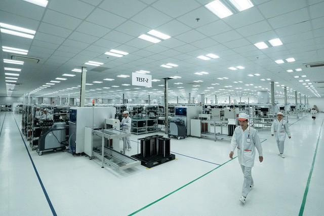 Sau ô tô và xe máy, Vingroup sẽ ra mắt điện thoại thông minh Vsmart vào ngày 14/12 - Ảnh 1.