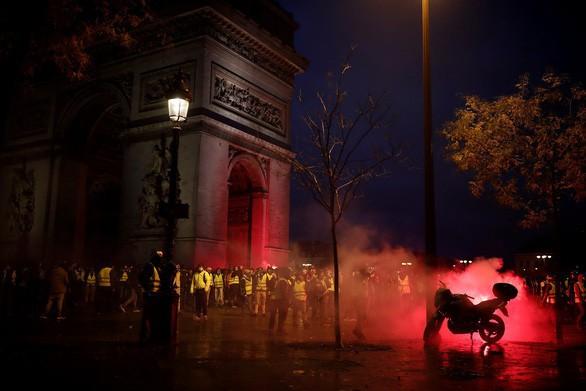 Khải Hoàn Môn huyền thoại chìm trong khói lửa và đổ vỡ sau cuộc biểu tình lớn nhất thập kỷ ở Paris - Ảnh 17.