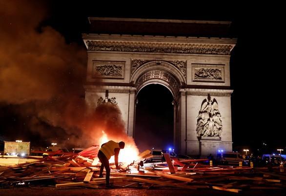 Khải Hoàn Môn huyền thoại chìm trong khói lửa và đổ vỡ sau cuộc biểu tình lớn nhất thập kỷ ở Paris - Ảnh 18.