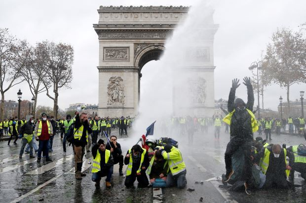 Khải Hoàn Môn huyền thoại chìm trong khói lửa và đổ vỡ sau cuộc biểu tình lớn nhất thập kỷ ở Paris - Ảnh 21.