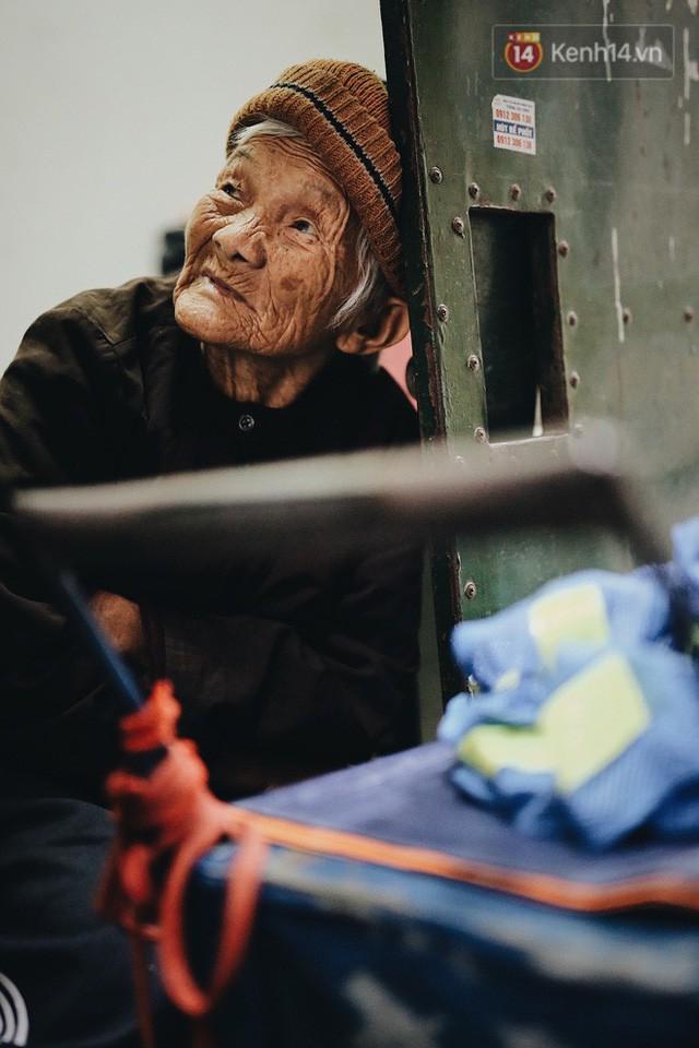 Ghé thăm cụ bà lưng còng trong bức ảnh gục đầu bên gánh hàng rong giữa ngã tư Hà Nội khiến nhiều người xót xa  - Ảnh 11.