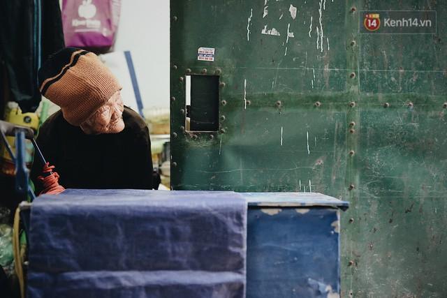 Ghé thăm cụ bà lưng còng trong bức ảnh gục đầu bên gánh hàng rong giữa ngã tư Hà Nội khiến nhiều người xót xa  - Ảnh 4.