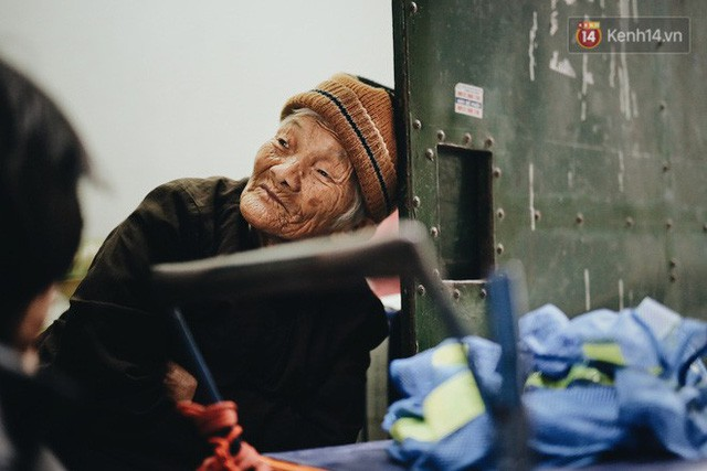 Ghé thăm cụ bà lưng còng trong bức ảnh gục đầu bên gánh hàng rong giữa ngã tư Hà Nội khiến nhiều người xót xa  - Ảnh 7.