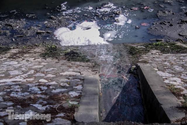 Tràn ngập nước thải, liệu sông Tô Lịch có tái sinh thành sông Thames? - Ảnh 7.