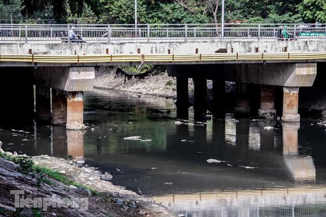 Tràn ngập nước thải, liệu sông Tô Lịch có tái sinh thành sông Thames? - Ảnh 9.