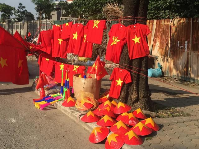 Choáng ngợp trước hình ảnh cờ đỏ sao vàng trước trận Việt Nam - Philippines - Ảnh 1.