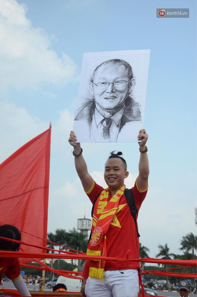 Chàng trai in hình HLV Park Hang-seo lên đầu, vượt gần 1.000km để cổ vũ đội tuyển Việt Nam tại SVĐ Mỹ Đình - Ảnh 2.