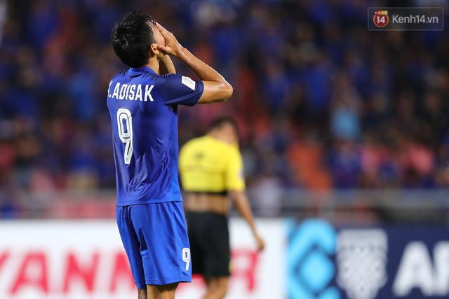 Cầu thủ Thái Lan suy sụp, gục khóc nức nở sau thất bại đau đớn trước Malaysia - Ảnh 8.