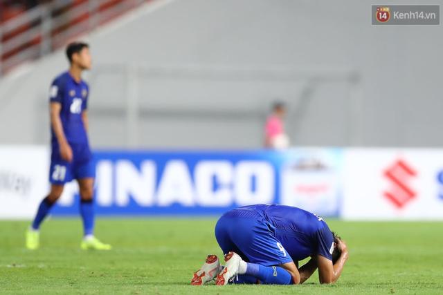 Cầu thủ Thái Lan suy sụp, gục khóc nức nở sau thất bại đau đớn trước Malaysia - Ảnh 10.