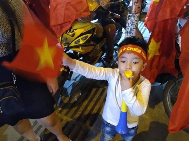 Cổ động viên vỡ òa sau chiến thắng của đội tuyển Việt Nam - Ảnh 14.