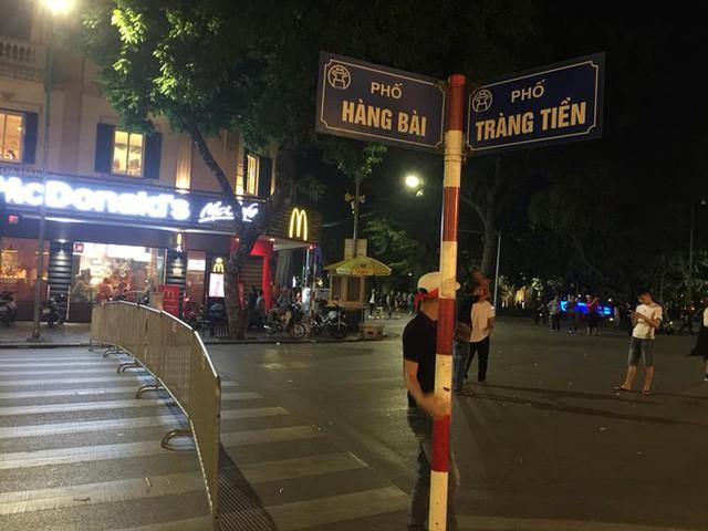 Cổ động viên vỡ òa sau chiến thắng của đội tuyển Việt Nam - Ảnh 16.
