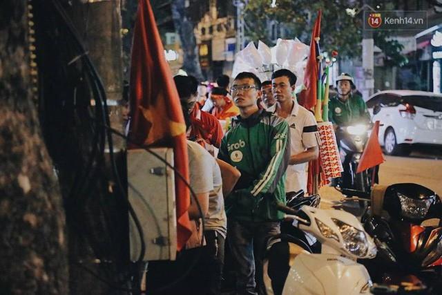 Cổ động viên vỡ òa sau chiến thắng của đội tuyển Việt Nam - Ảnh 19.