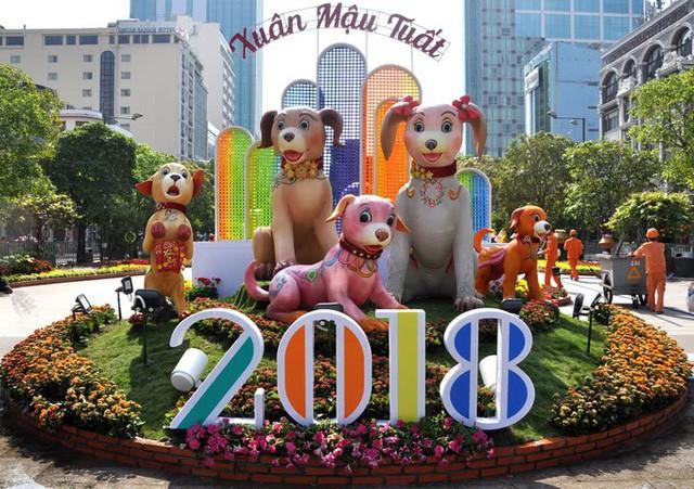 Báo chí nước ngoài ngợi khen những bức tượng chú chó may mắn là điểm sáng của đường hoa Nguyễn Huệ Tết này - Ảnh 1.