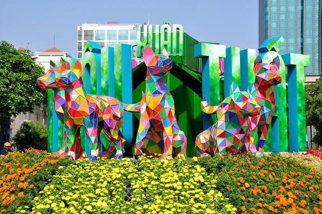 Báo chí nước ngoài ngợi khen những bức tượng chú chó may mắn là điểm sáng của đường hoa Nguyễn Huệ Tết này - Ảnh 2.