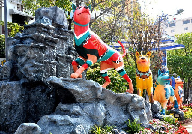 Báo chí nước ngoài ngợi khen những bức tượng chú chó may mắn là điểm sáng của đường hoa Nguyễn Huệ Tết này - Ảnh 3.