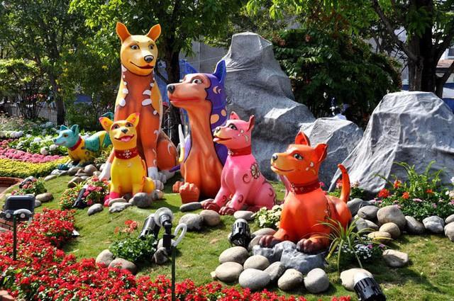 Báo chí nước ngoài ngợi khen những bức tượng chú chó may mắn là điểm sáng của đường hoa Nguyễn Huệ Tết này - Ảnh 4.